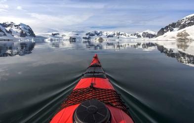 Ekspedisjonsteamet tar deg med på turer i småbåter og spennende aktiviteter i land, og sørger for en uforglemmelig tur. Det blir muligheter for å padle i kajakk blant hval og isfjell.