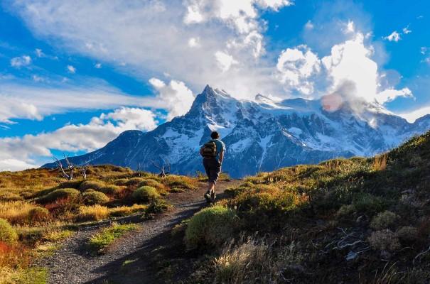 På tur i vakre omgivelser i Parque Nacional Torres del Paine, Chile.