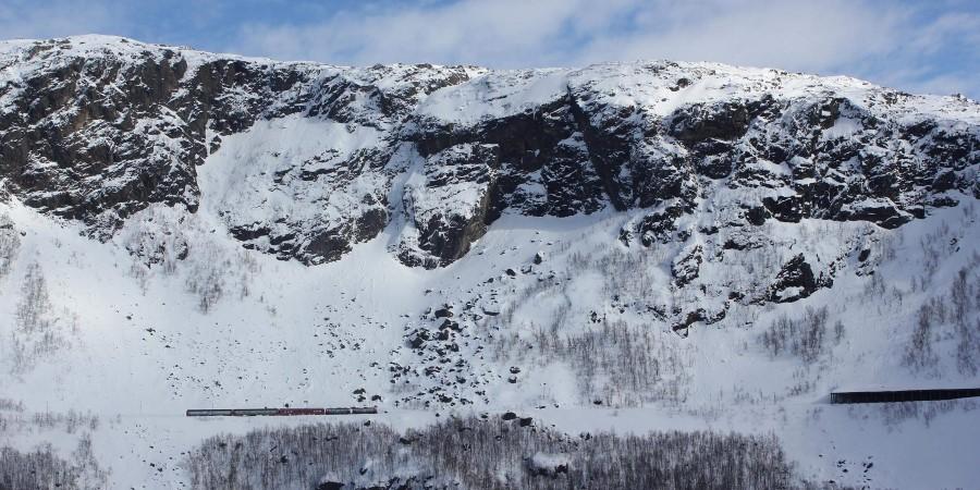 En visning av et snødekte fjell