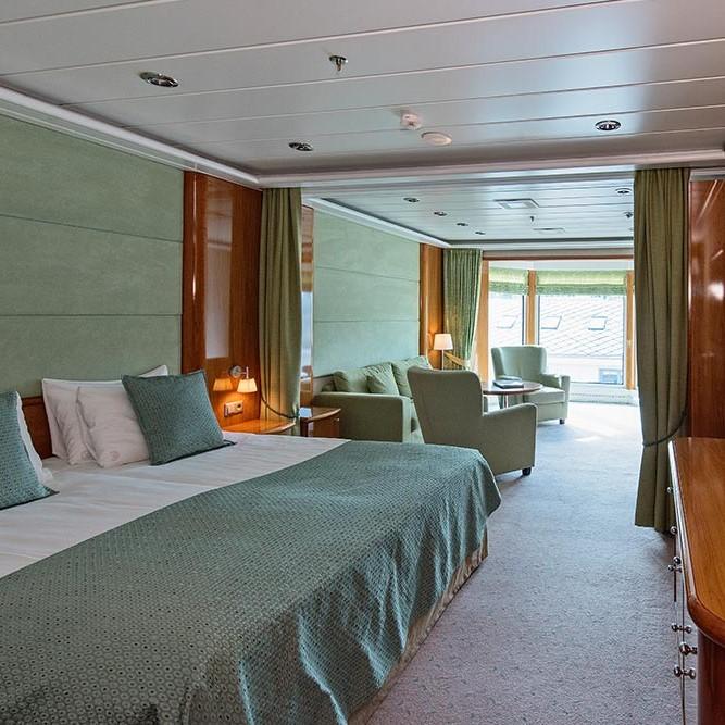 Et soverom med en stor seng på et hotellrom