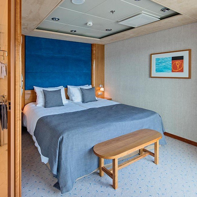Et soverom med skrivebord og stol i et rom