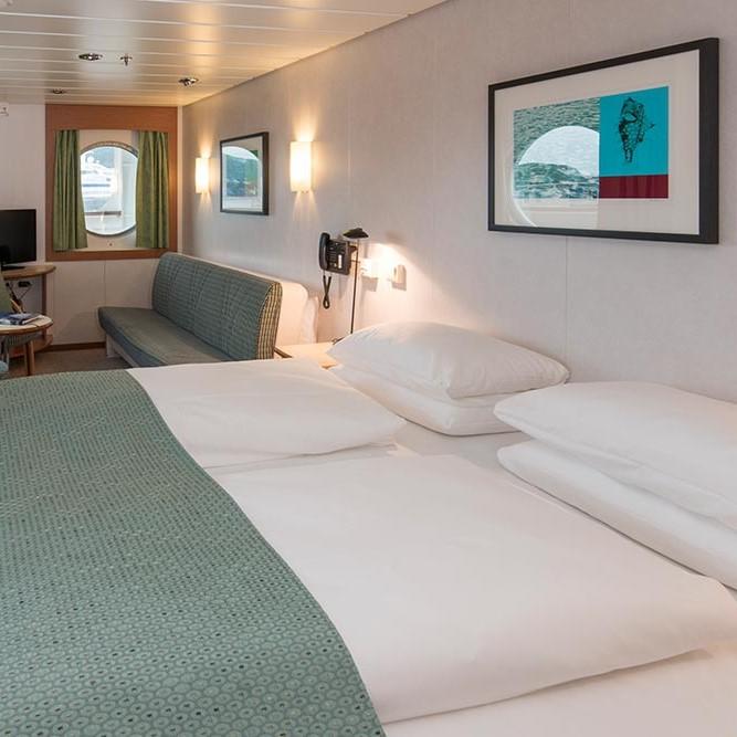 En stor seng på et hotellrom