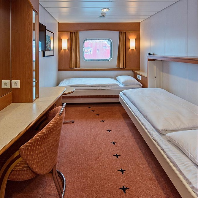 Et soverom med en stor seng i et rom