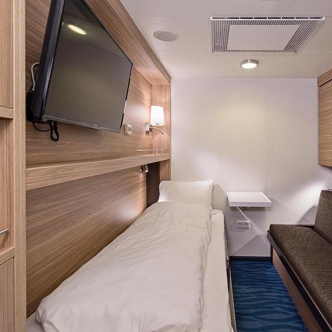 Et soverom med en seng på et hotellrom