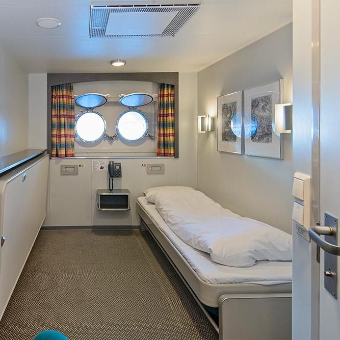 Et soverom med en seng og et speil