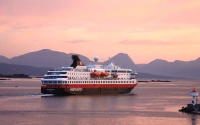 MS Nordnorge nærme Molde ved solnedgang.